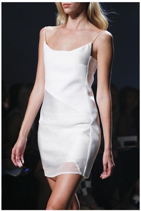 Сарафан с коллекции одежды дизайнера Narciso Rodriguez прекрасно подчеркивает достоинства фигуры и загар.