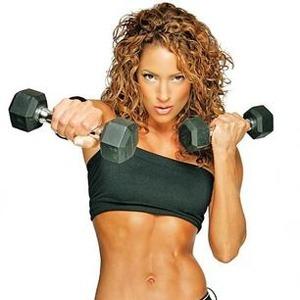 Женщина с лёгкими гантелями делает упражнения